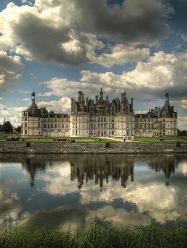 les-châteaux-de-la-Loire-la-rivière-qui-reflète-les-nuages