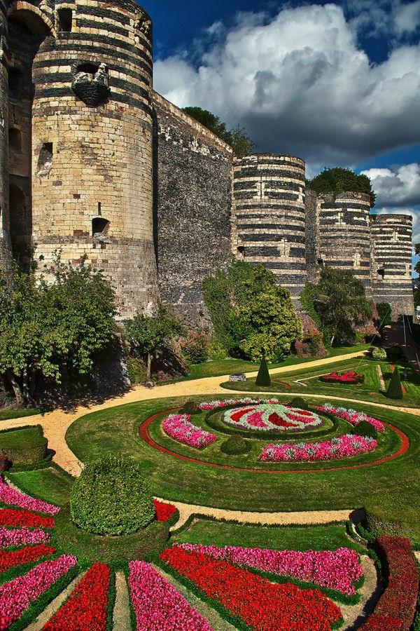 les-châteaux-de-la-Loire-un-château-médiéval-et-son-jardin