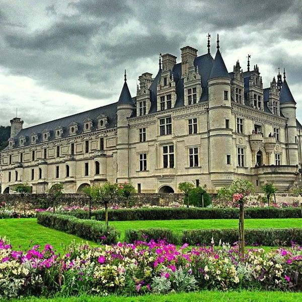les-châteaux-de-la-Loire-un-grand-château-avec-son-jardin