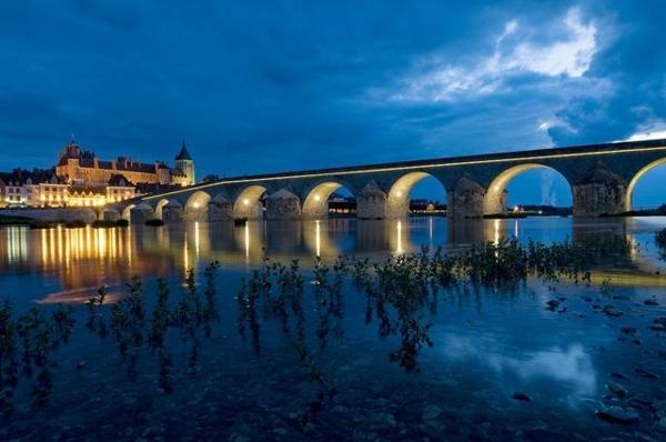 les-châteaux-de-la-Loire-un-grand-pont-pittoresque
