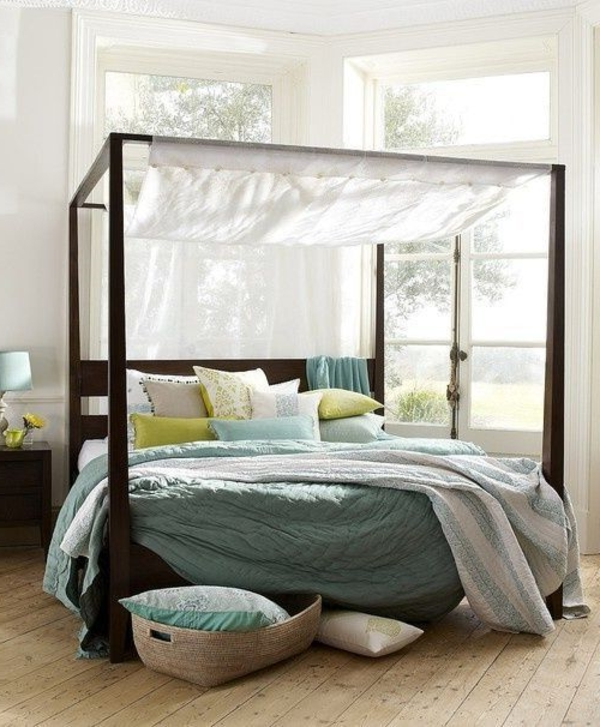 lit-avec-rideau-blanc
