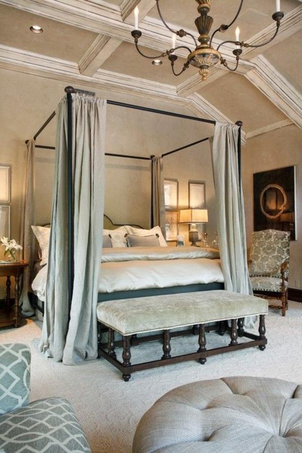 lit-avec-rideau-gris-chambre-à-coucher