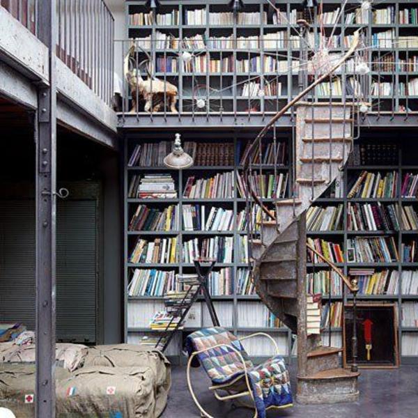 loft-parisien-bibliothèque-fauteuil-et-lit
