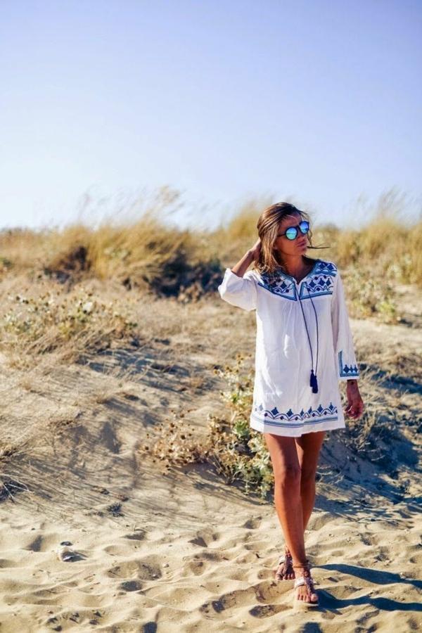 lunette-de-soleil-miroir-au-bord-de-la-mer-sable-eau-resized