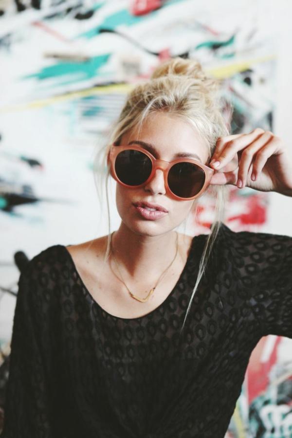 lunettes-de-soleil-rondes-femme-blonde-tenue-resized