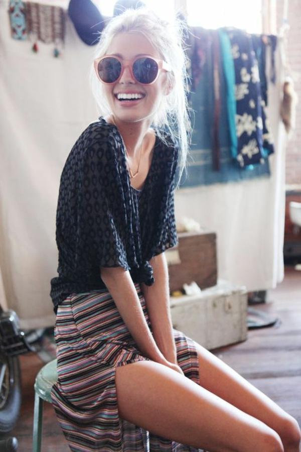 lunettes-de-soleil-rondes-roses-femme-blonde-été-chaud-resized