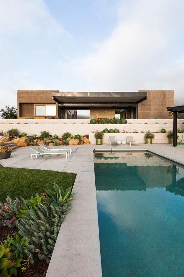 maison-à-un-étage-près-de-sol-extérieur-avec-piscine