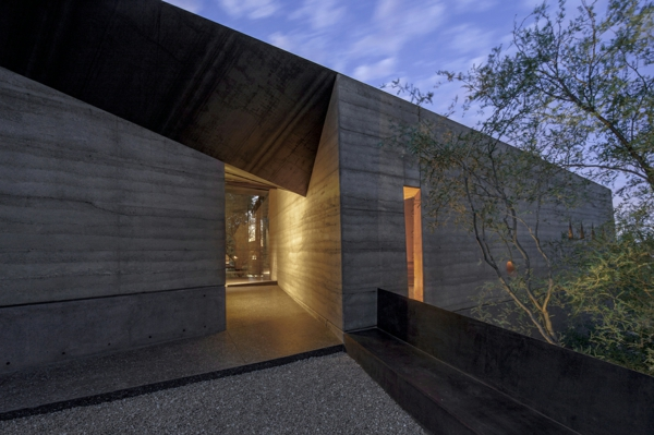 maison-cubique-béton-dans-le-désert