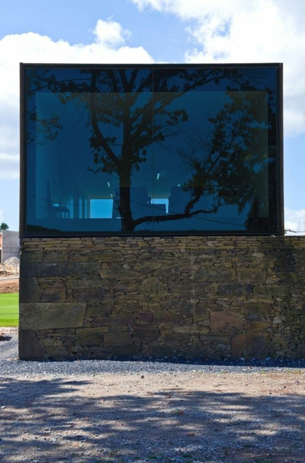 maison-cubique-en-verre-obscure