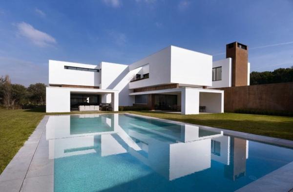 maison-cubique-et-piscine-de-réflexion