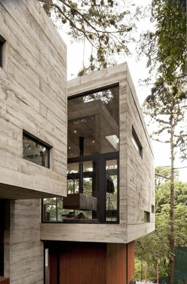maison-cubique-surélevée-en-béton-et-verre