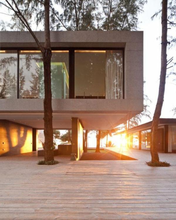 maison-cubique-surélevée-en-verre-et-béton