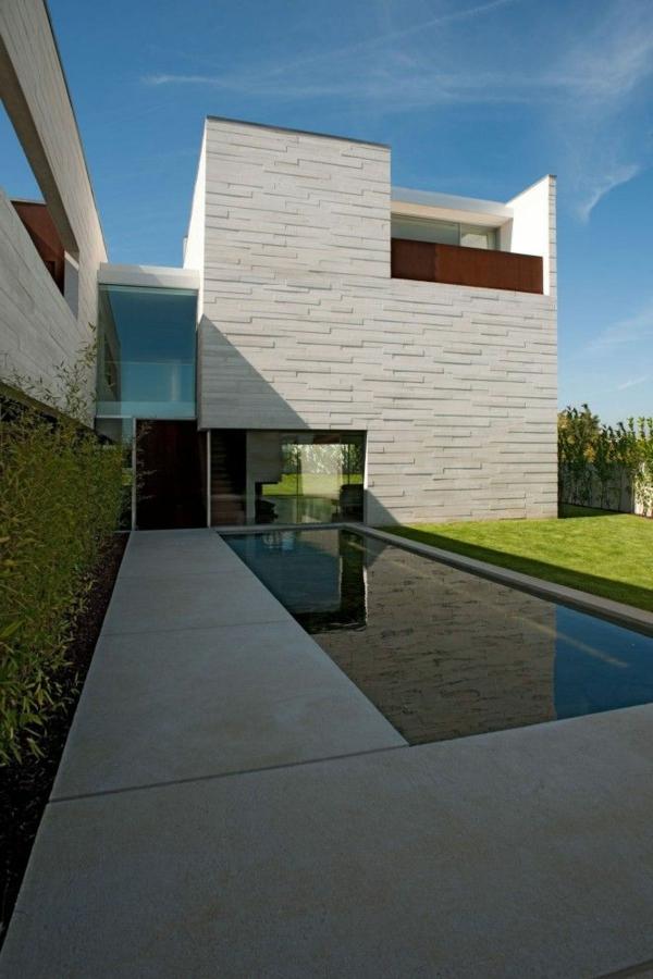 maison-cubique-terrasse-en-béton-et-piscine