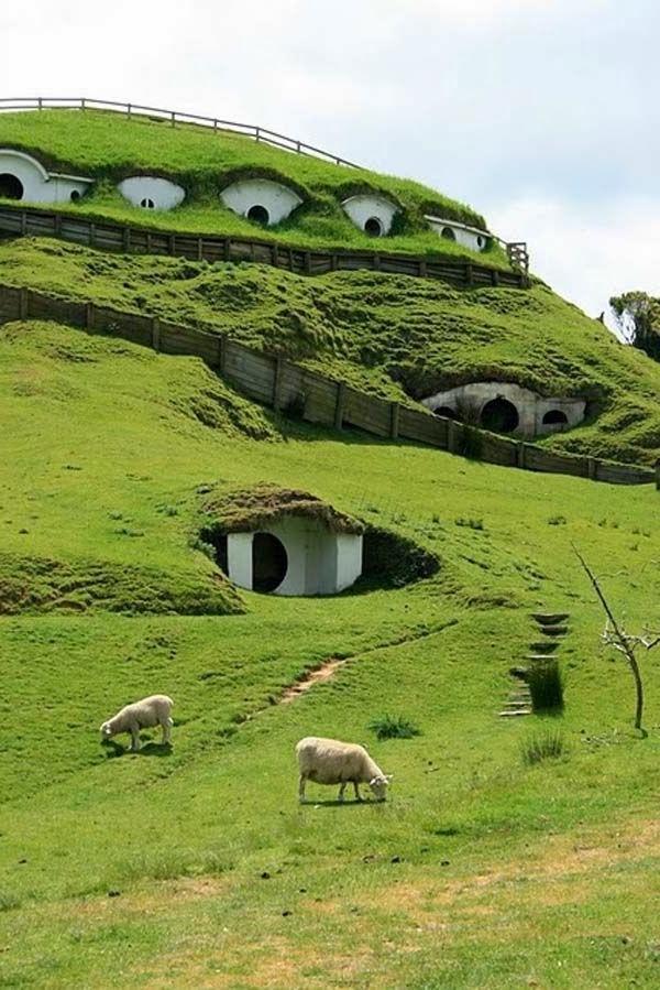 maison-de-hobbit-Matama-une-ferme-et-un-village-unique