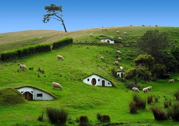 maison-de-hobbit-colline-magique-et-petite-maisons-de-hobbit