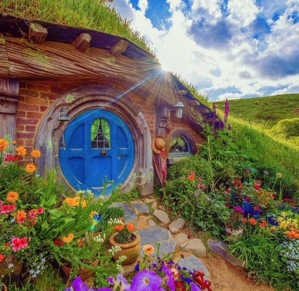 maison-de-hobbit-et-jardin-de-fleurs-magnifiques