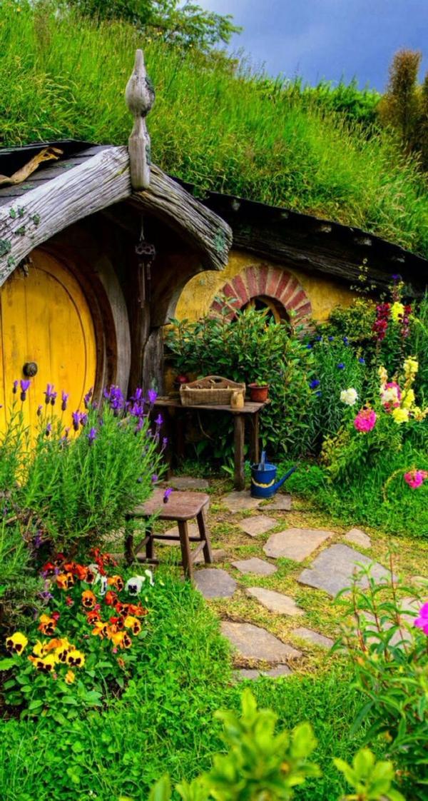 maison-de-hobbit-et-joli-jardin