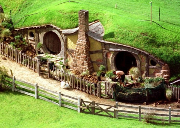 maison-de-hobbit-et-pelouse-verte