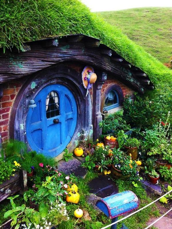 maison-de-hobbit-et-un-petit-potager-devant-elle