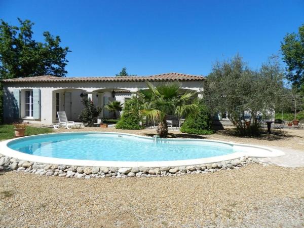 La maison plain pied moderne for Exterieur avec piscine
