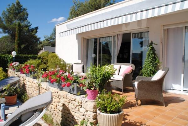 maison-moderne-style-américain-fleurs-roses