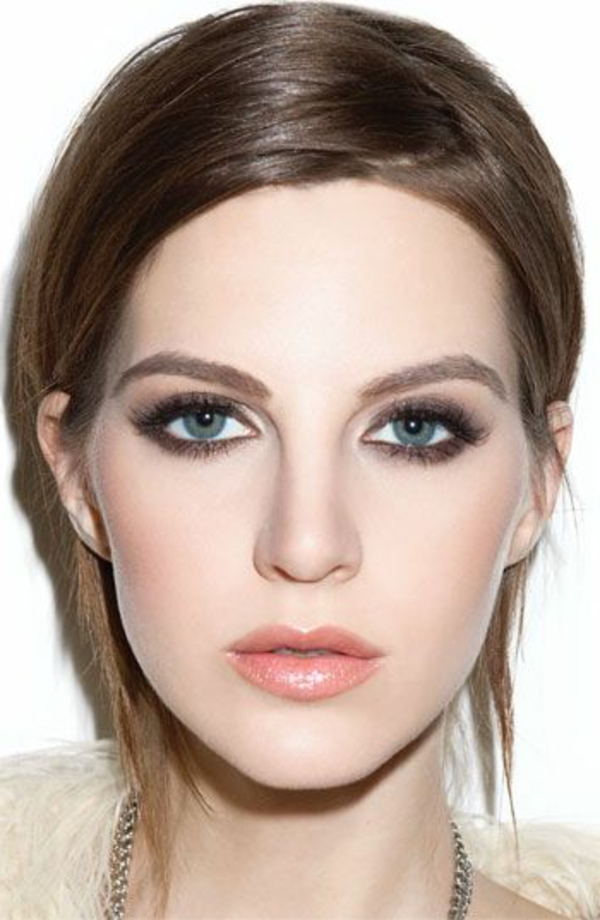 maquillage-des-yeux-bleus-brunette