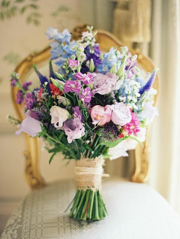 mariée-heureux-jolie-bouquet-de-fleurs