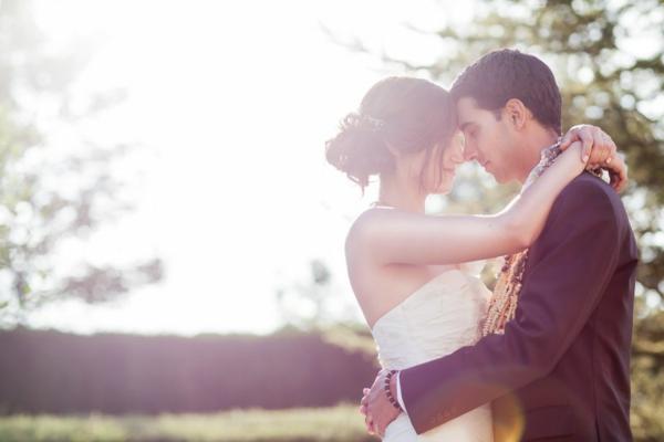 mariage-couple-Jour-joyeux-coiffure-parfait-pour-le-mariage