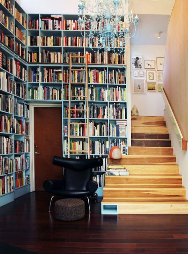 meuble-bibliothèque-bleu-et-escalier-en-bois-clair