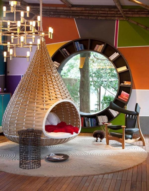 meuble-bibliothèque-rond-et-fauteuil-suspendu