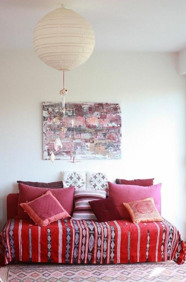 meuble-rouge-lit-coussins