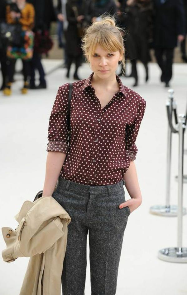pantalon-gris-moderne-femme-blonde