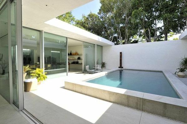 petite-piscine-hors-sol-maison-blanche-spectaculaire