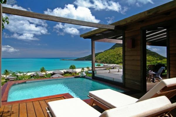 petite-piscine-hors-sol-terrasse-en-bois-chaises-longues-modernes