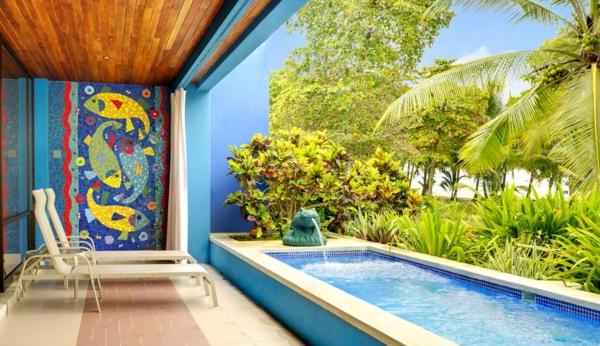 petite-piscine-hors-sol-un-mur-mosaique-original