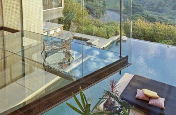 plancher-de-verre-au-dessus-d-une-piscine