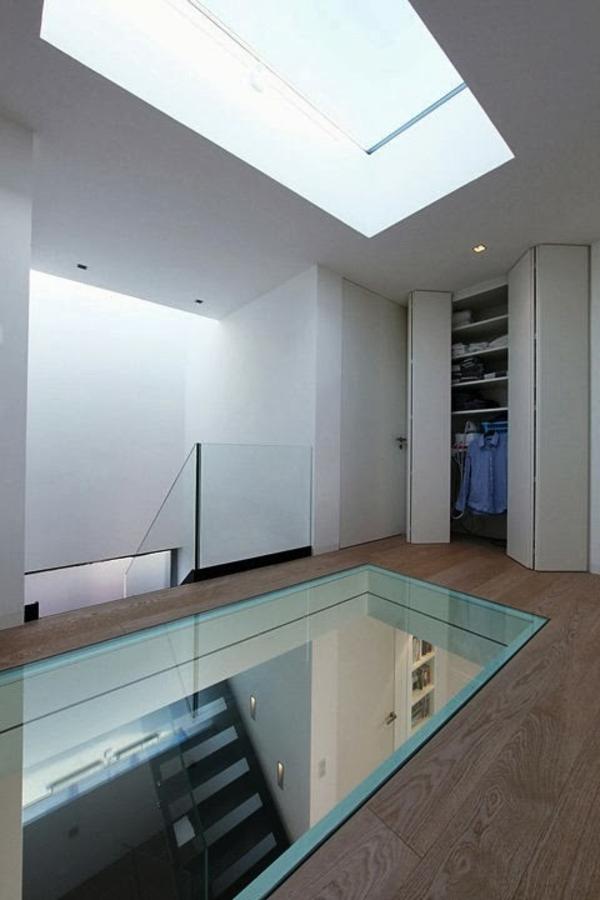 plancher-de-verre-dans-une-maison-blanche