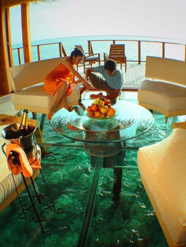 plancher-de-verre-un-café-unique-au-dessus-de-l'océan