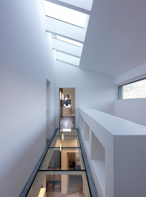 plancher-de-verre-un-couloir-blanc-élégant