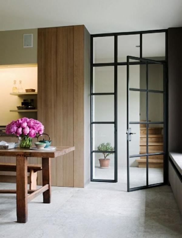 porte-vitrée-cuisine-moderne-table-fleurs