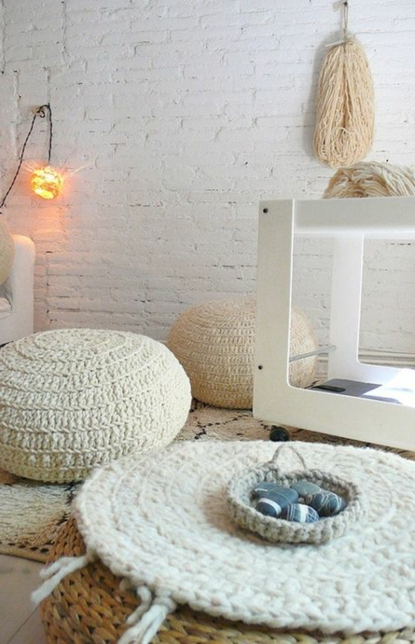 pouf-au-crochet-blanc-un-mur-en-briques
