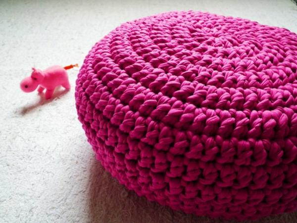 pouf-au-crochet-cyclamen