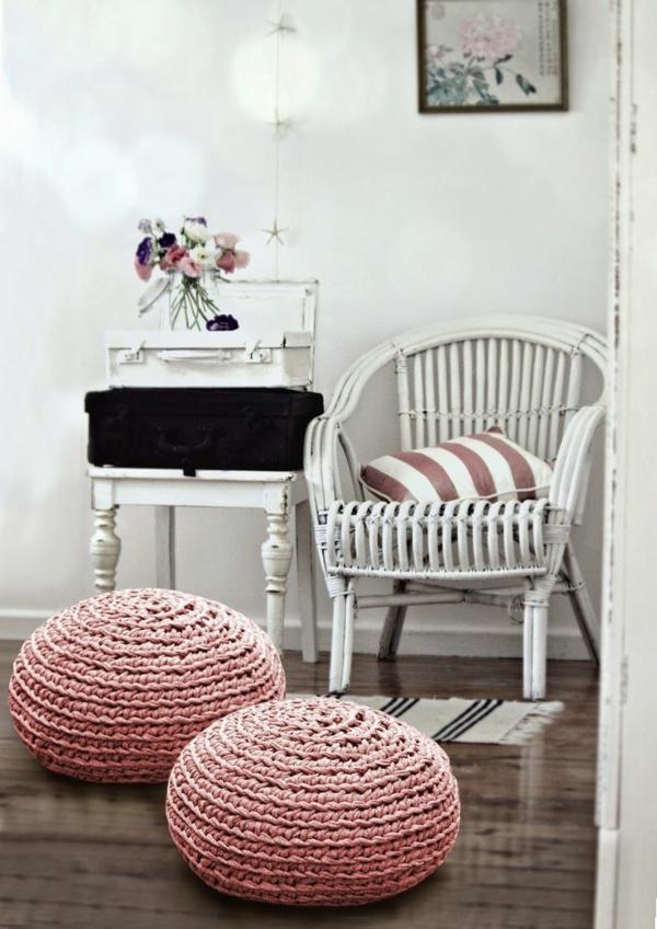 pouf-au-crochet-déco-en-rose-et-coussin-de-sol