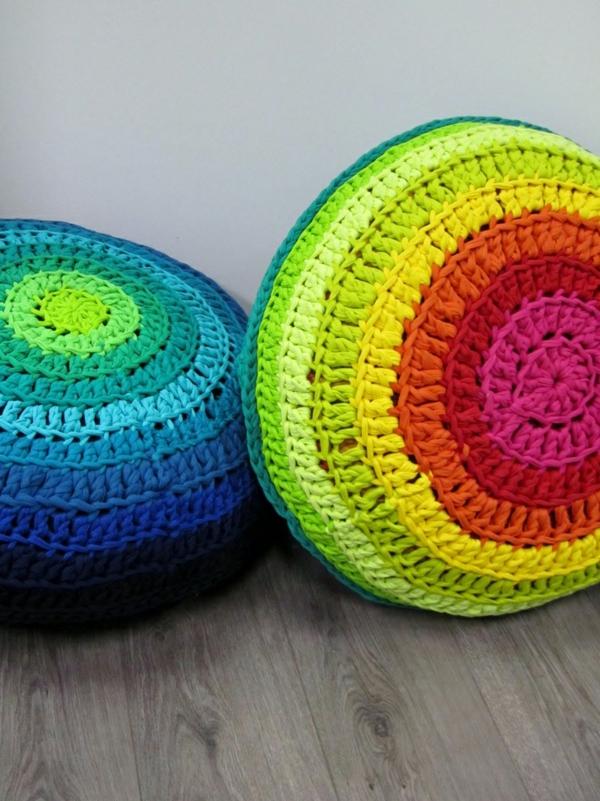 pouf-au-crochet-des-coussins-en-couleurs-radiantes