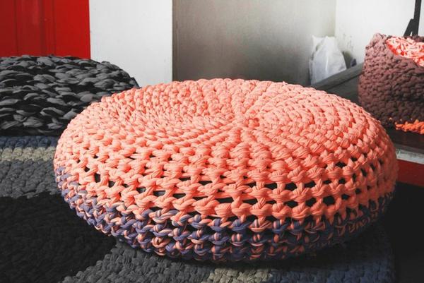 pouf-au-crochet-en-couleurs-fantastiques