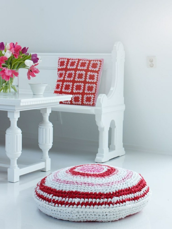 le pouf au crochet confort et beaut la maison. Black Bedroom Furniture Sets. Home Design Ideas