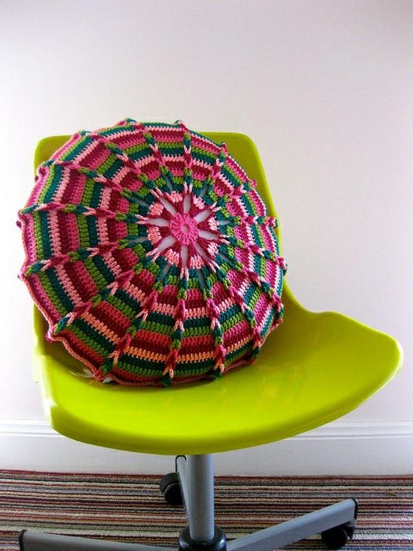 pouf-au-crochet-motifs-fantastiques