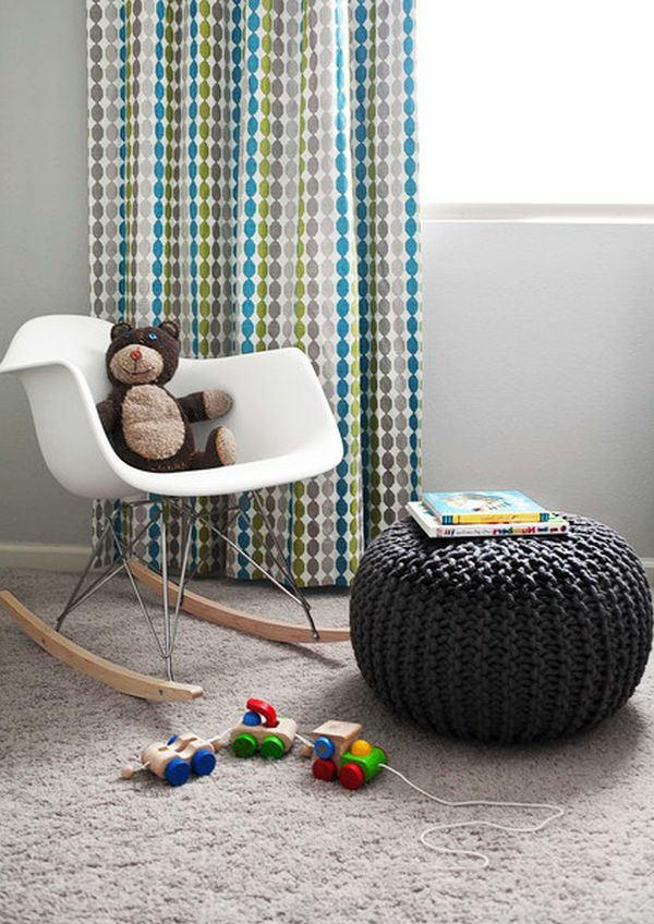 pouf-au-crochet-ottoman-noir-dans-la-chambre-d'enfant