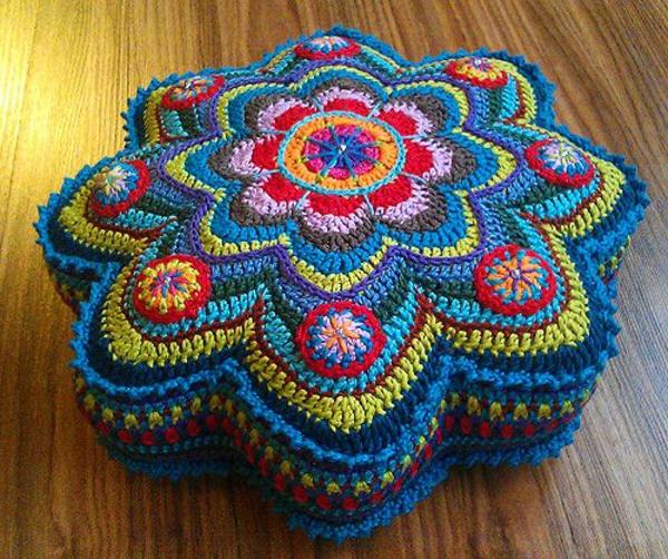 pouf-au-crochet-petit-pouf-multicolore