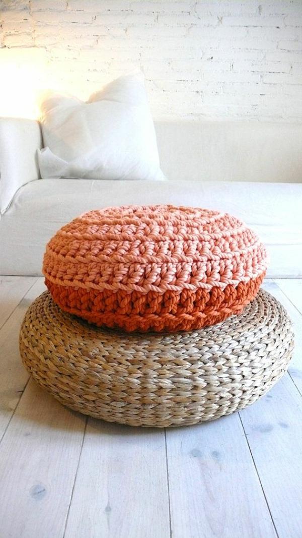 pouf-au-crochet-pouf-corail-et-pouf-beige-sur-le-sol